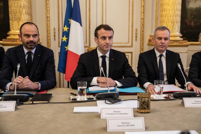 Emmanuel Macron entre lepremier ministreEdouard Philippeetle ministre de l'écologie FrançoisdeRugy,au palais de l'Elysée, le 10 décembre 2018.
