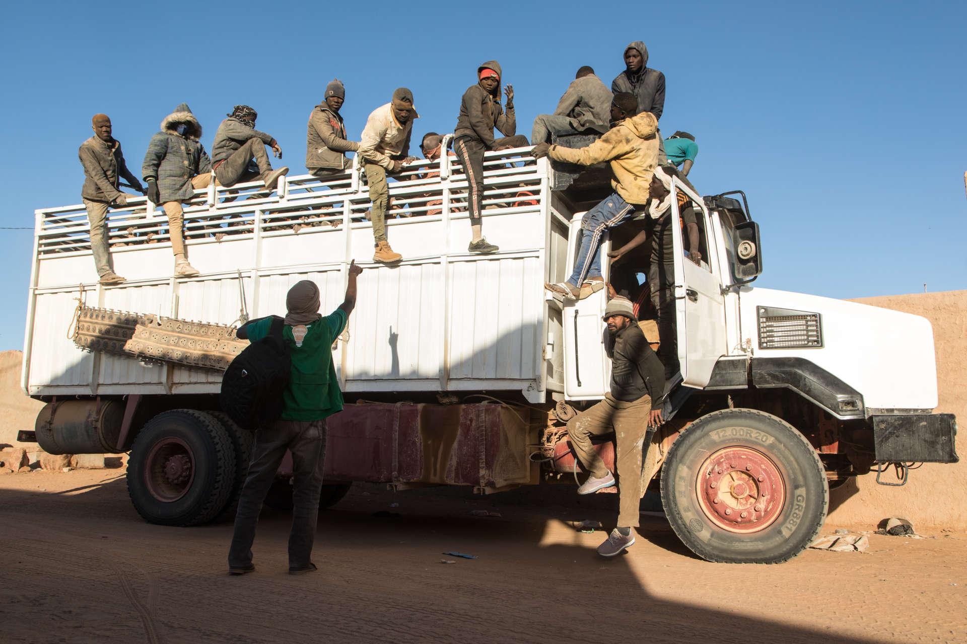Lâchés le 7décembre en pleine nuit au «point zéro», qui marque la frontière entre l'Algérie et le Niger, 210 migrants ont marché plus de 15 kilomètres jusqu'à Assamaka, où des camions à bétail affrétés par l'Organisation internationale pour les migrations (OIM) les ont pris en charge pour les emmener à Arlit.BACHIR POUR LE MONDE