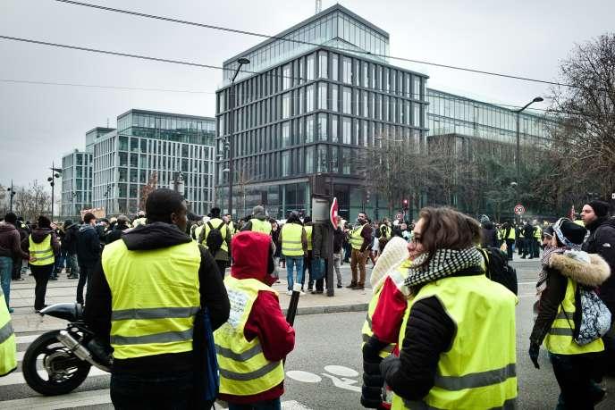 Manifestation des « gilets jaunes» à Paris le 29 décembre 2018 devant le siège de BFM TV, à Paris.