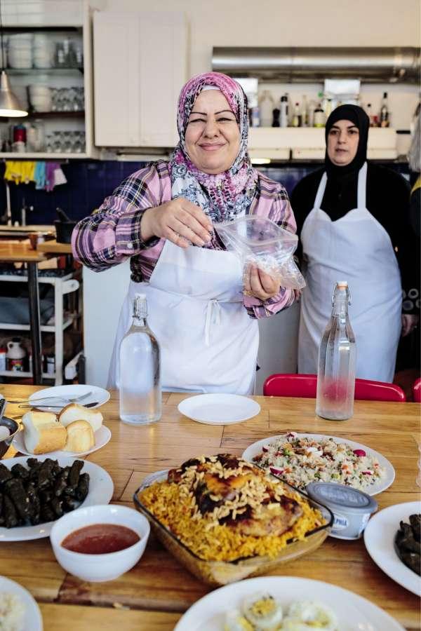 The Depanneur accueille des réfugiées syriennes qui cuisinent des plats vendus en ligne, ici Ghana Alabdullah et Ahd Alobi.
