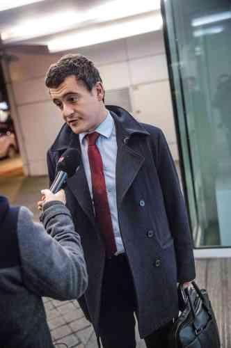 L'année se termine et elle fut compliquée. En janvier, Gérald Darmanin a quitté les Républicains en dénonçant la « méthode Sarkozy ». Puis il est devenu, six mois plus tard, le coordinateur de la campagne du même Sarkozy pour la primaire. Avant d'être nommé, au lendemain de la victoire de François Fillon, secrétaire général adjoint LR. Dans ce contexte, permettez-nous, cher Gérald, de vous remettre les idées en place : un vrai caban est marine, il est taillé dans un tissu Melton de 750 g composé à 80 % de laine et à 20 % de fibres artificielles, et pourvu de boutons noirs ornés d'une ancre de 2,23 cm. Rien à voir avec la chose que vous portez sur le dos.