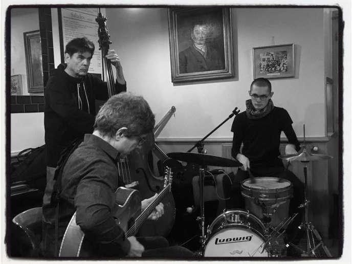 Serge Merlaud (guitare), Jean Bardy (contrebasse) et Clément Brajtman (batterie), à la brasserie Le Métro, à Belleville, le 16 novembre 2018.