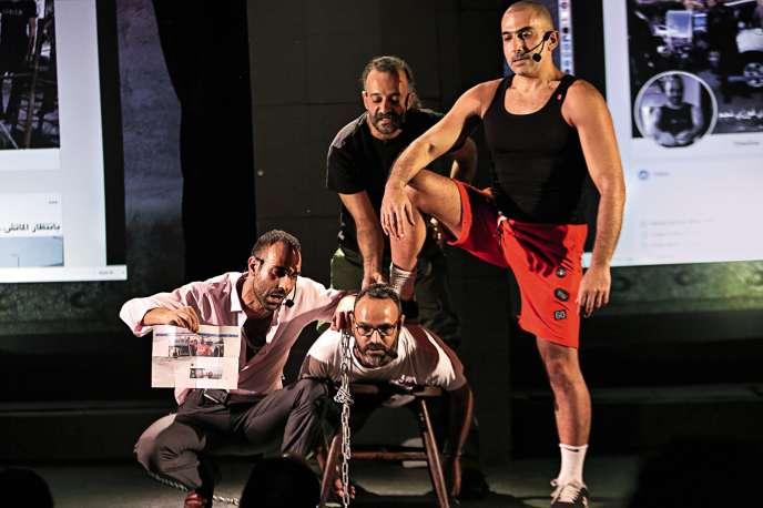 Le comédien libanais Ziad Itani (au centre, attaché) joue sa propre histoire dans la picèce intitulée «W ma tallit Colette» («Colette n'est jamais apparue») au Théâtre Metro Al-Madina, à Beyrouth.