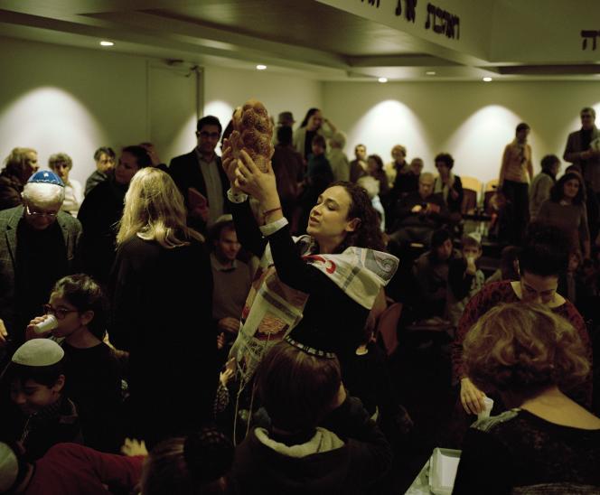 Delphine Horvilleur célébrant Hanoukka dans sa synagogue du quinzième arrondissement de Paris, le 7décembre 2018.