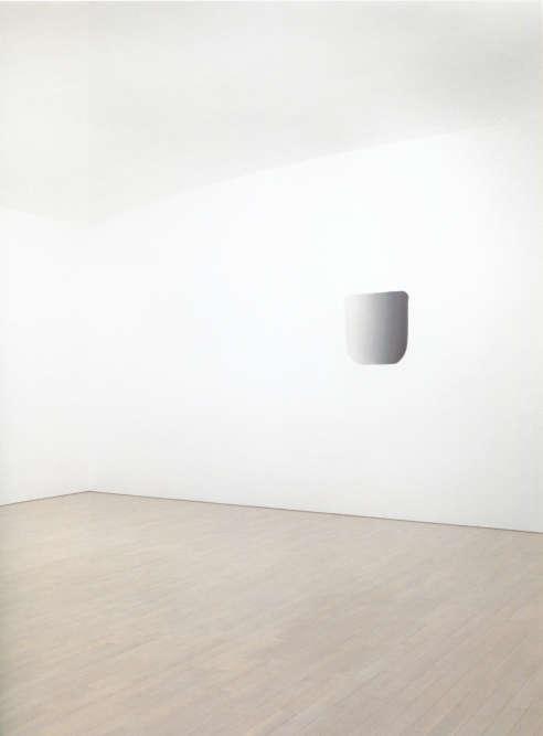«Lee Ufan a réalisé cette peinture à même le mur de l'exposition. Les touches de peinture de l'artiste, toujours semblables mais toujours différentes, s'inscrivent dans l'espace vide qui les environne, créant une atmosphère de tension et d'équilibre. Cette peinture se présente comme une porte d'accès à l'univers de l'artiste. La matière picturale s'est libérée de la toile pour rythmer l'espace. La partie peinte et la partie non peinte de la pièce entrent alors en dialogue, d'où le nom que l'artiste donne à cette série. »