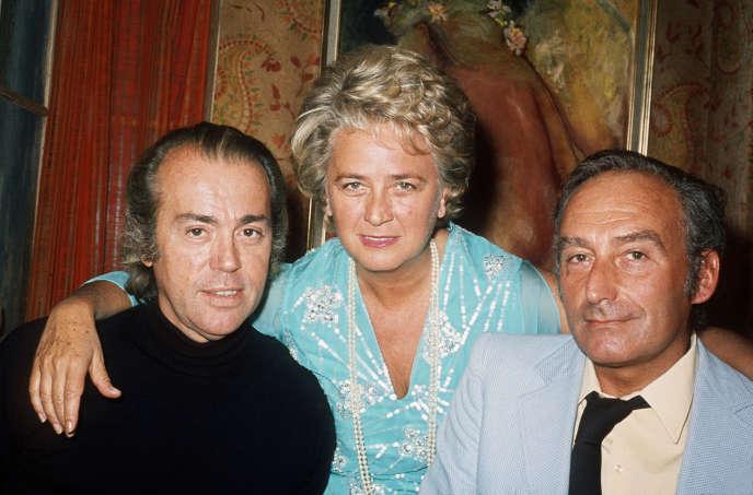 Le 1er septembre 1971, Pierre Barillet (à droite) et Jean-Pierre Grédy, auteurs de la pièce «Folle Amanda» posaient avec l'actrice Jacqueline Maillan au Théâtre des Bouffes-Parisiens, à Paris.