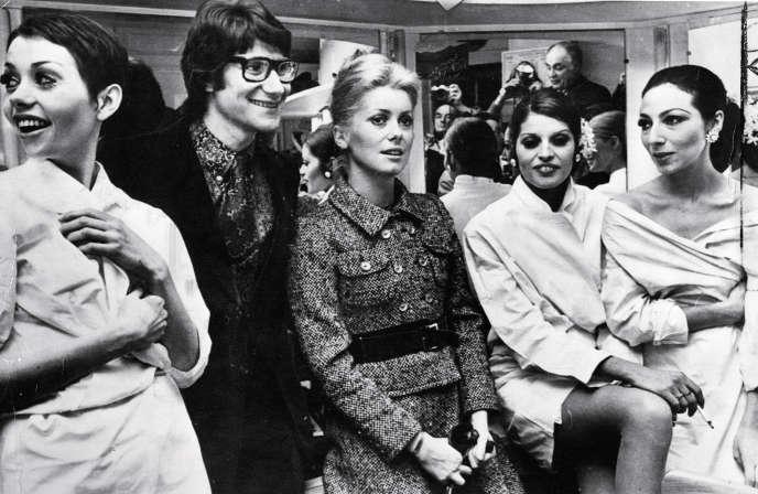 Catherine Deneuve et Yves Saint Laurent en 1968. Le couturier continuera à habiller l'actrice jusqu'à ses adieux, en 2002.