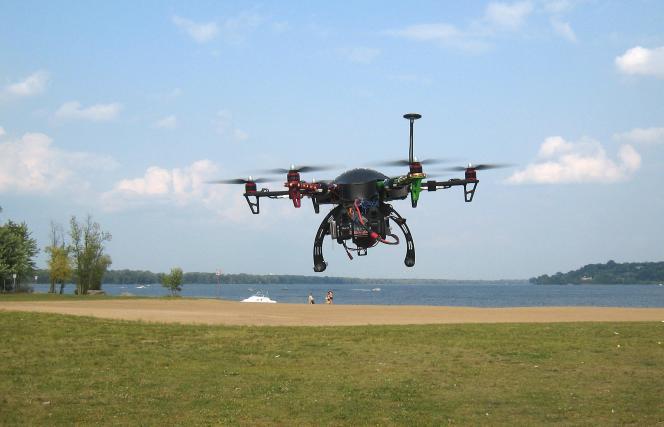 Un drone professionnel en vol stationnaire à Ottawa, au Canada.