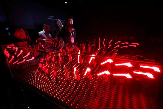 Chez le constructeur Audi, une fonction « Shop », dans la voiture, propose des options haut de gamme complémentaires, comme, par exemple, le système d'éclairage intelligent LED Matrix, présenté, ici, au CES de Las Vegas (Nevada), mardi 8 janvier.