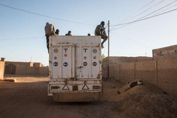 Un camion près du centre de l'Organisation internationale des migrations (OIM), à Arlit (nord du Niger). Cent soixante-sixpersonnes refoulées par les autorités algériennes viennent d'arriver au centre.