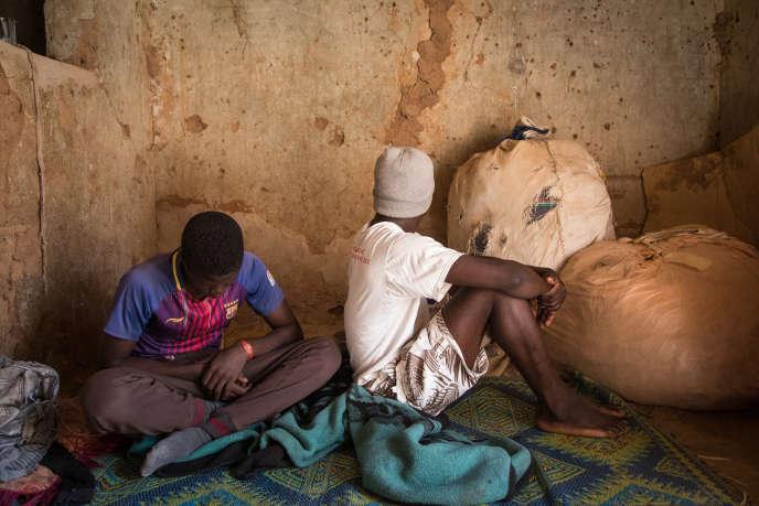 Quartier Malboro, à Agadez. Doukouri, 18ans (à droite), et son frère Karim, 14ans, sont Guinéens. Après un voyage de cinq mois entre Conakry et Meddeb, en Algérie, ils ont été expulsés au Niger.