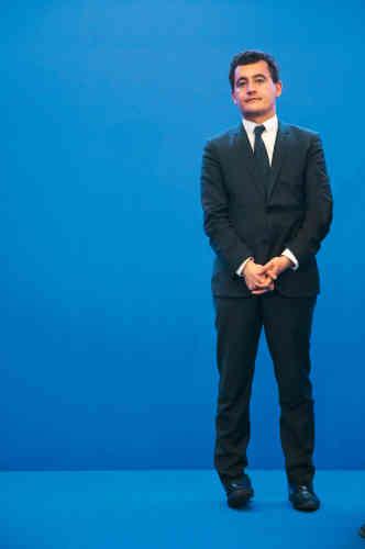 Un an plus tard, il s'occupe de la campagne de Xavier Bertrand pour les régionales dans le Nord-Pas-de-Calais-Picardie. Et visiblement, il s'ennuie. Comme nous en regardant ce pantalon si chiffonné qu'il en a perdu son fameux pli central permettant de distinguer, depuis les années 1920, un pantalon de ville d'un pantalon de détente.