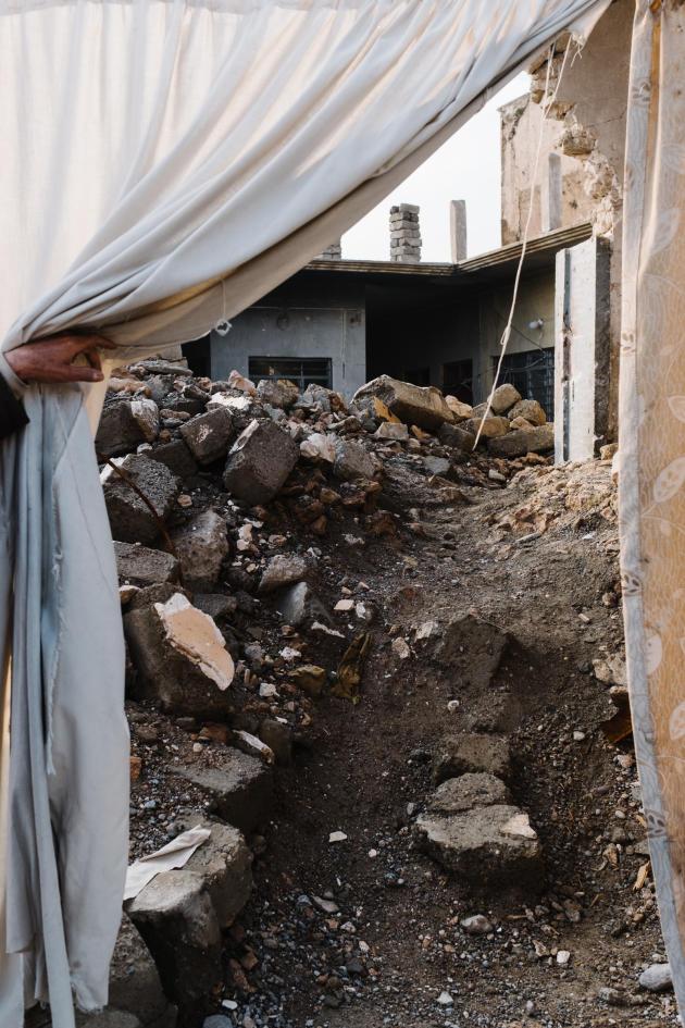 « Nous avons perdu trois ans à cause de l'EI et deux ans pour la libération de la ville. Quel avenir pouvons-nous garantir à nos enfants avec tant d'années perdues?», dit Yunis, montrant sa maison en ruine.ALEXANDRA ROSE HOWLAND POUR LE MONDE