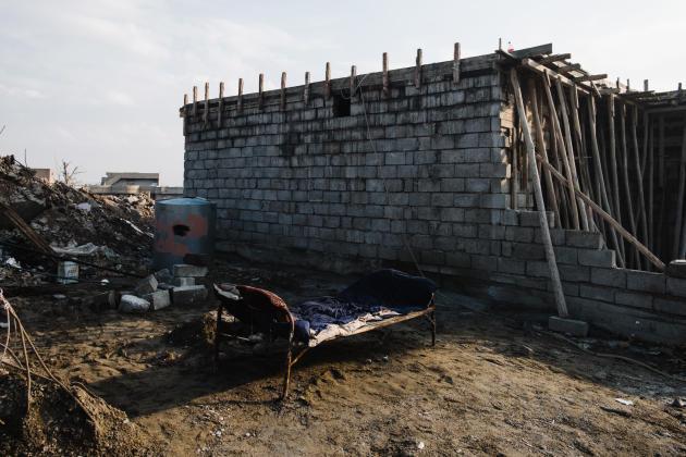Ahad Hassam Muhammad, revenu à Mossoul, a installé un lit de fortune près de sa maison en construction.ALEXANDRA ROSE HOWLAND POUR LE MONDE
