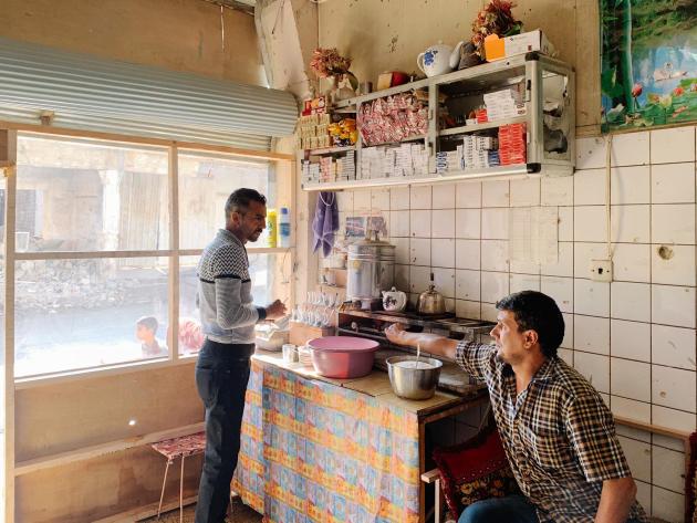 Un an et demi après la libération de la ville, les petits commerces réapparaissent dans les rues de Mossoul. Ici, un salon de thé.ALEXANDRA ROSE HOWLAND POUR LE MONDE