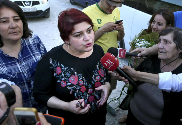 La journaliste Khadija Ismaïlova répond à la presse après sa libération, le 25mai2016, à Bakou (capitale de l'Azerbaïdjan).