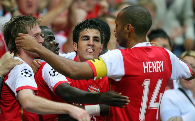 Thierry Henry (de dos avec le numéro 14) et Cesc Fabregas (au centre) lors d'un match de Ligue des champions d'Arsenal le 26 septembre 2006 contre Porto.