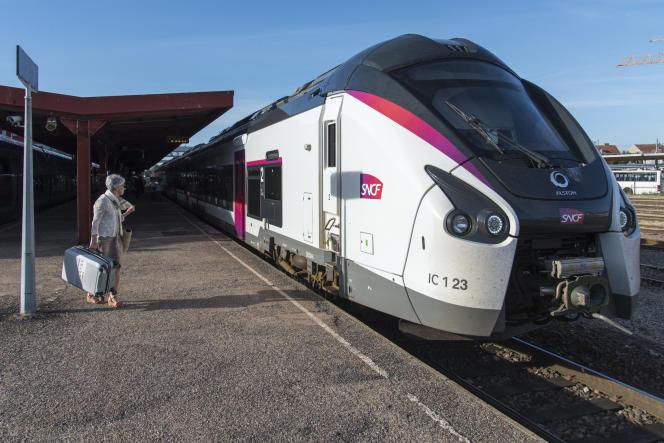 Une rame de la ligne IntercitésLyon-Nantes, en gare de Roanne(Loire), le 22 juin 2018.