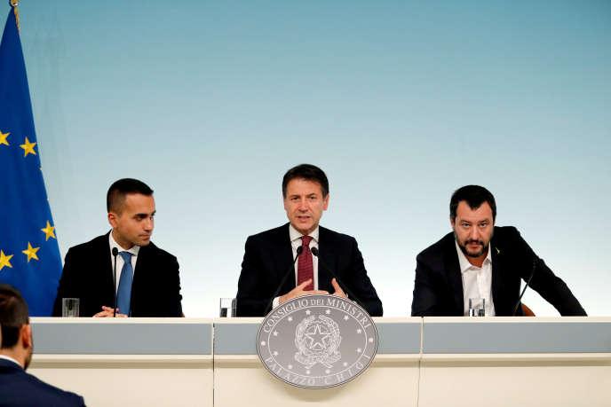 Le président du conseil italien, Giuseppe Conte, entouré de ses vice-présidents, Luigi Di Maio (à gauche) et Matteo Salvini, à Rome, le 20 octobre 2018.