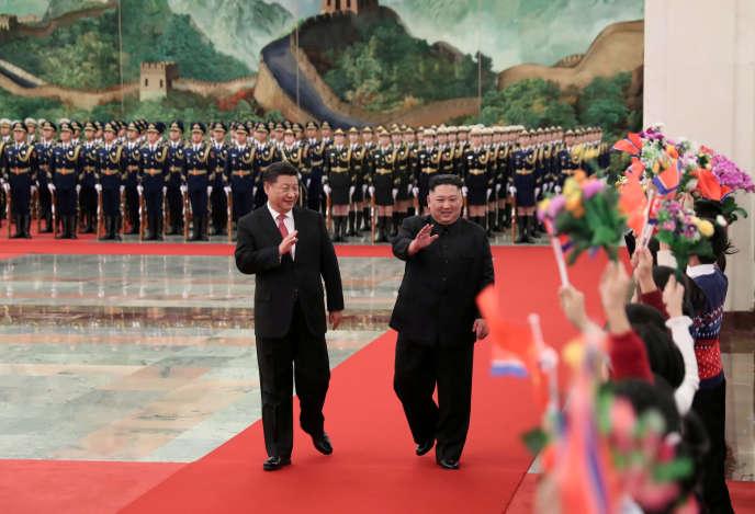 Le président chinois, Xi Jinping (à gauche), aux côtés de son homologue nord-coréen, Kim Jong-un, le 8 janvier à Pékin.