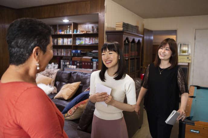 Marie Kondo (au centre) prodigue des leçons de rangement.