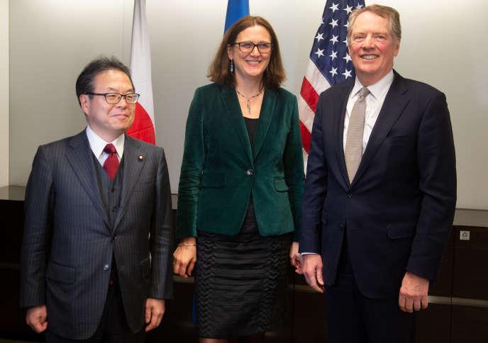 La commissaire européenne au commerce Cecilia Malmström (au centre), entourée par le représentant américain au commerce Robert Lighthizer (à droite) et le ministre japonais de l'économie, du commerce et de l'industrie Hiroshige Seko, à Washington, le 9 janvier.