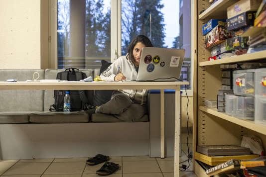 Une étudiante libanaise revise ses cours dans une salle de jeu de la maison des étudiants des Mines Saint-Etienne. Lieu où les étudiants passent la plupart de leur temps, en dehors des cours.