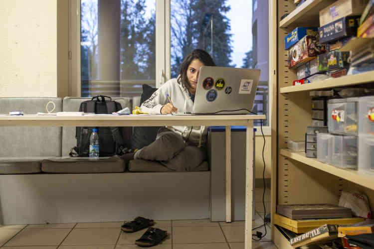 Une étudiante libanaise révise ses cours dans une salle de jeu de la maison des étudiants. Un lieu de réference pour les étudiants, en dehors des cours.