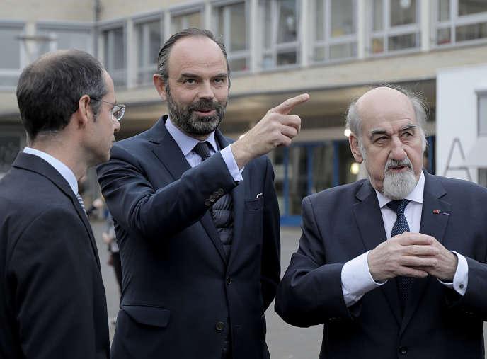 Le premier ministre Edouard Philippe (au centre) avec le principal du lycée Friedrich-Ebert (à gauche) et son prédecesseur, Friedhelm Dilk, à Bonn le 10 janvier.