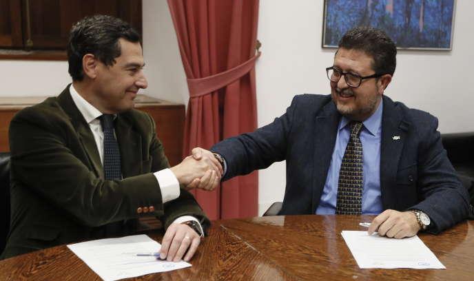 Juanma Moreno (Parti populaire, à gauche) et Francisco Serrano (Vox), à Séville, le 2 janvier.