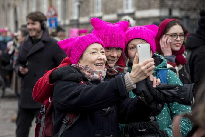 Des femmes, portant un «chapeau de chatte», posent pour un selfie lors d'un rassemblement organisé à l'occasion de la Journée internationale de la femme, à Copenhague, au Danemark, le 8 mars 2017.