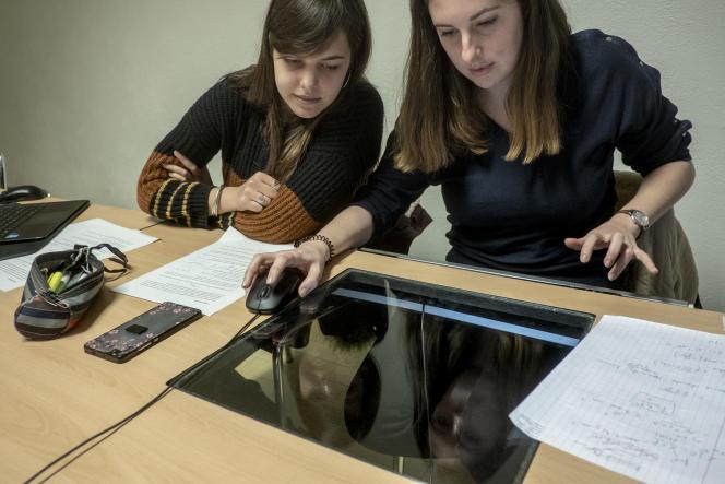 A l'Ecole des mines de Saint-Etienne, deux étudiantes de deuxième année, durant un cours de mécanique, le 7 janvier 2019.