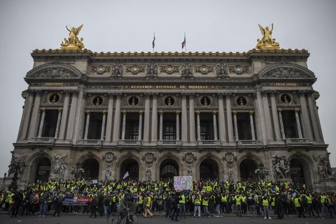 Une manifestation de «gilets jaunes» devant l'Opéra Garnier, à Paris, le 15 décembre 2018.