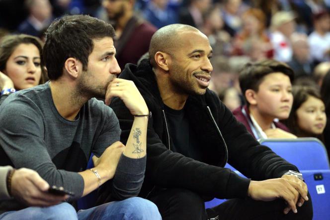Cesc Fabregas et Thierry Henry assisent à un match de NBA à l'O2 Arena de Londres, le 15 janvier 2015.