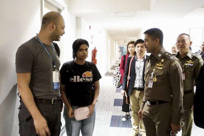 Rahaf Mohammed Al-Qunun, escortée par un agent de l'immigration thaïlandaise et par un représentant du Haut-Commissariat des Nations unies pour les réfugiés (HCR), le 7 janvier 2019, à l'aéroport international de Bangkok.