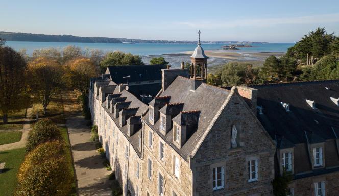 L'abbaye de la presqu'île de Saint-Jacut de la Mer (Côtes-d'Armor ) est l'endroit parfait pour une parenthèse en pleine nature, face à la mer.