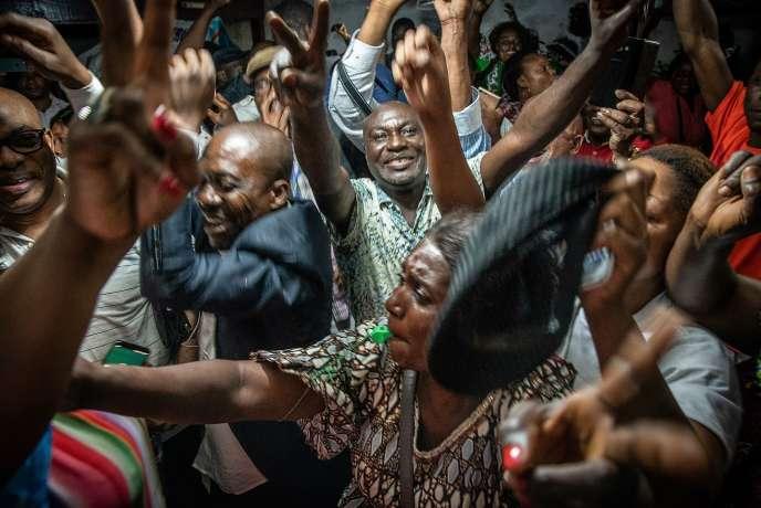 Des partisans de Félix Tshisekedi fêtent l'annonce de sa victoire à la présidentielle, à Kinshasa, le 10janvier.