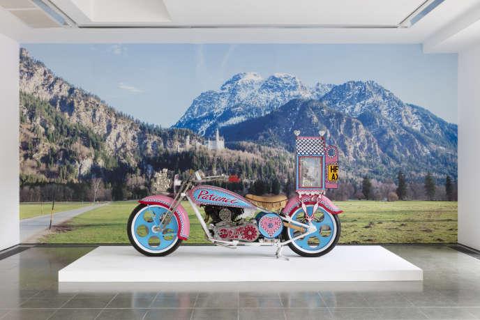 «Kenilworth AM1» (2010), de Grayson Perry, installation de l'exposition «The Most Popular Art Exhibition Ever!», aux Serpentine Galleries, à Londres, en 2017.