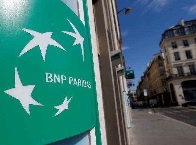 Devant une agence BNP Paribas, à Paris, en août 2018.