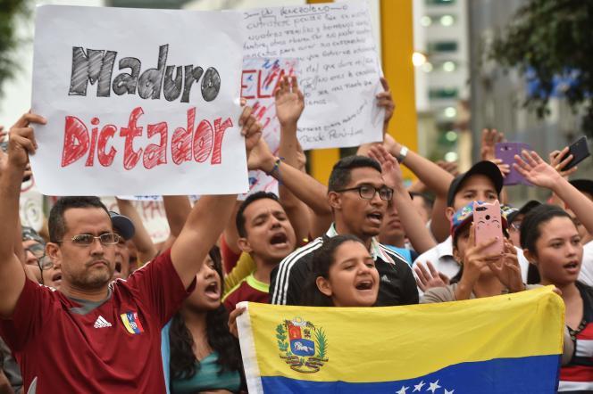 Des Vénézuéliens anti-Maduro vivant au Pérou ont manifesté devant l'ambassade de leur pays à Lima, le 10 janvier.