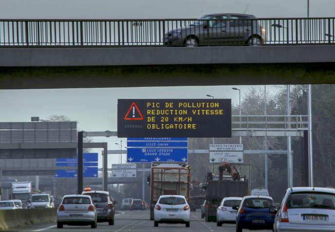 Panneau avertissant d'un pic de pollution sur le périphérique de Lille, en 2016.