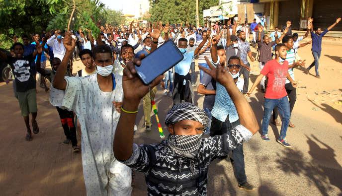 Des Soudanais manifestents contre le gouvernement, à Khartoum, le 25décembre 2018.