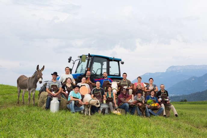 Les agriculteurs membres de C'nos terroirs, un magasin de vente de denrées alimentaires, à Seynod (Haute-Savoie), en juillet 2014.