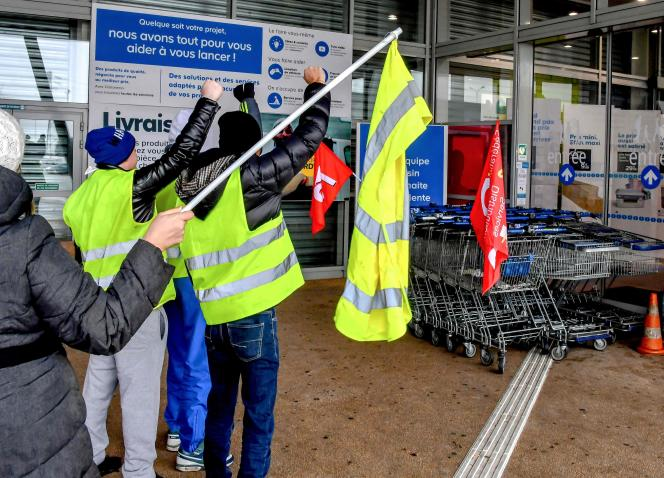 Des « gilets jaunes » apportent leur soutien aux grévistes d'un magasin Castorama, à Englos (Nord), le 11 janvier.