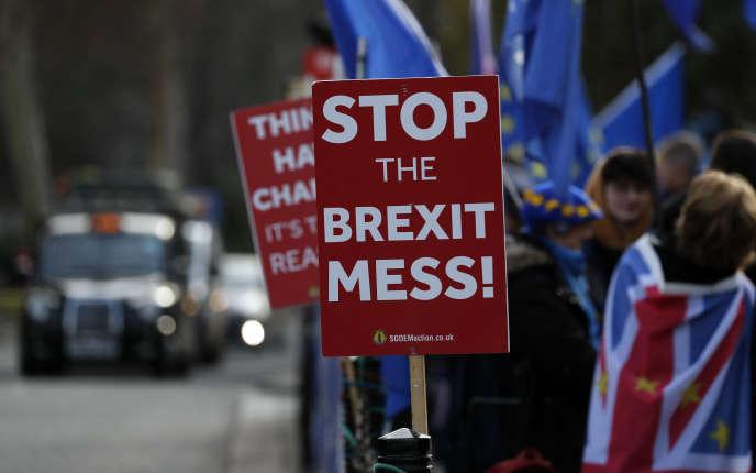 L'accord conclu avec l'Union européenne est critiqué tant par les Brexiters craignant une forme d'arrimage permanent à l'UE que par les europhiles espérant pouvoir faire machine arrière.