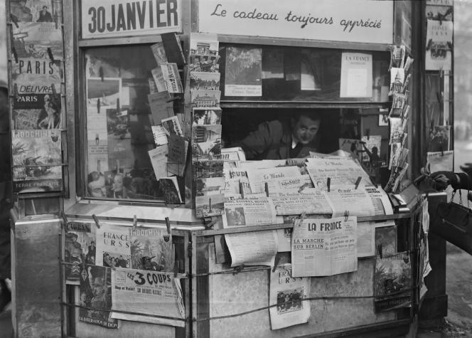 Un kiosque à journaux à Paris en 1945.