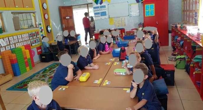 La photo de la classe de l'école publique de Schweizer-Reneke, dans la province rurale du Nord-Ouest, en Afrique du Sud.
