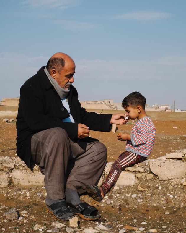 Wahed Ahmed, 55 ans, avec son petit-fils dans le cimetièred'Al-Mamoun. Il a participé à l'enterrement des victimes d'une bavure, le 17 mars 2017. Lors de la frappe, 132 civils auraient été tués.ALEXANDRA ROSE HOWLAND POUR LE MONDE