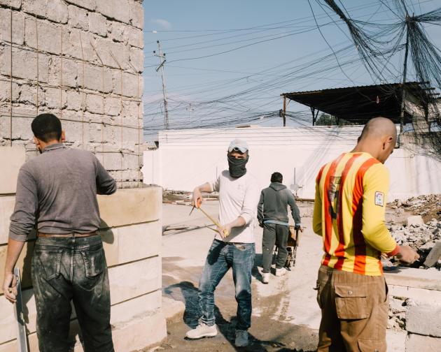 A l'ouest, dans le vieille ville, la reconstruction,essentiellement assurée par des civils volontaires, est lente car le gouvernement est peu présent.ALEXANDRA ROSE HOWLAND POUR LE MONDE