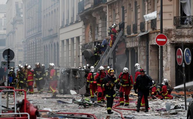 Les pompiers interviennent sur le site de l'explosion rue de Trévise, le 12 janvier.